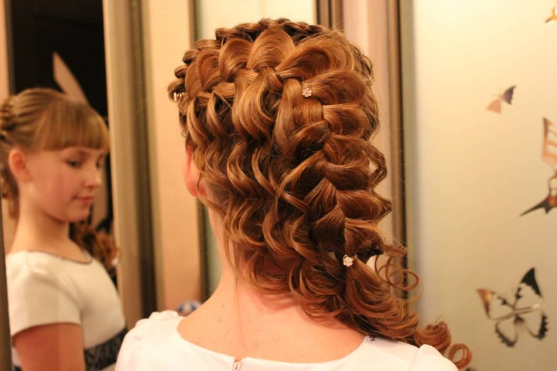 Вечерняя прическа на длинные волосы с косами