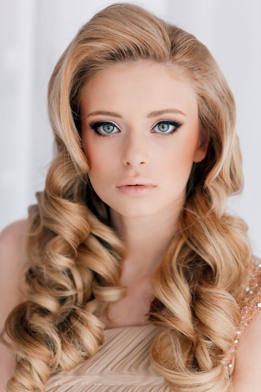 Прическа на средние волосы с локонами фото