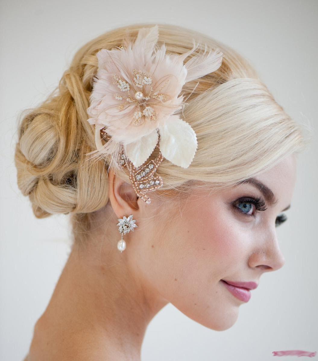свадебные прически для волос средней длины с живыми цветами