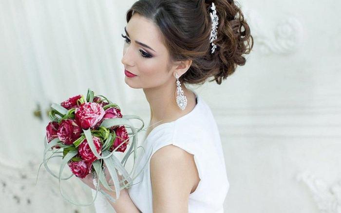 Свадебные прически с украшениями и фатой