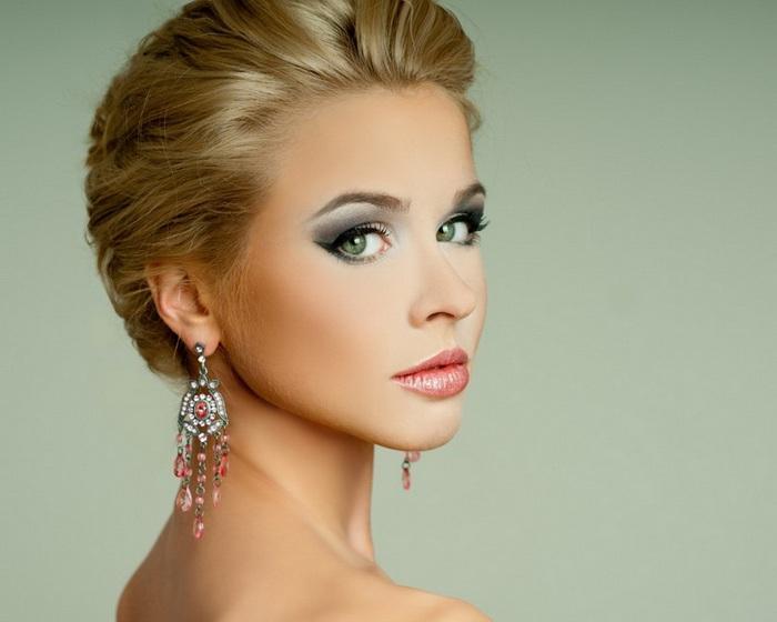 Красивый макияж блондинки с зелеными глазами